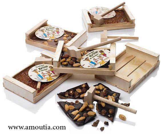 جعبه و شکلات شکسته شده با چکش چوبی