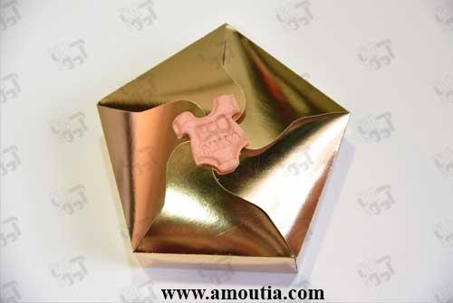 کوکی نوزاد درون جعبه طلایی