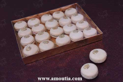 عکس سفارش شیرینی ماکارون سفید داخل جعبه در کنار دو عدد ماکارون دیگر