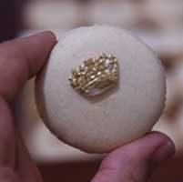 سفارش شیرینی ماکارون سفید رنگ با طرح کویین (queen)