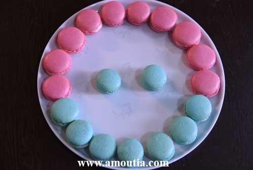 شیرینی ماکارون صورتی و آبی از نمای بالا